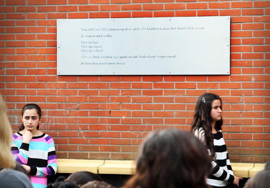 adhc; onthulling plaquette op school in de fischerstraat ivm veel joodse kinderen die zijn omgekomen in de oorlog foto robert van stuyvenberg c. 2014